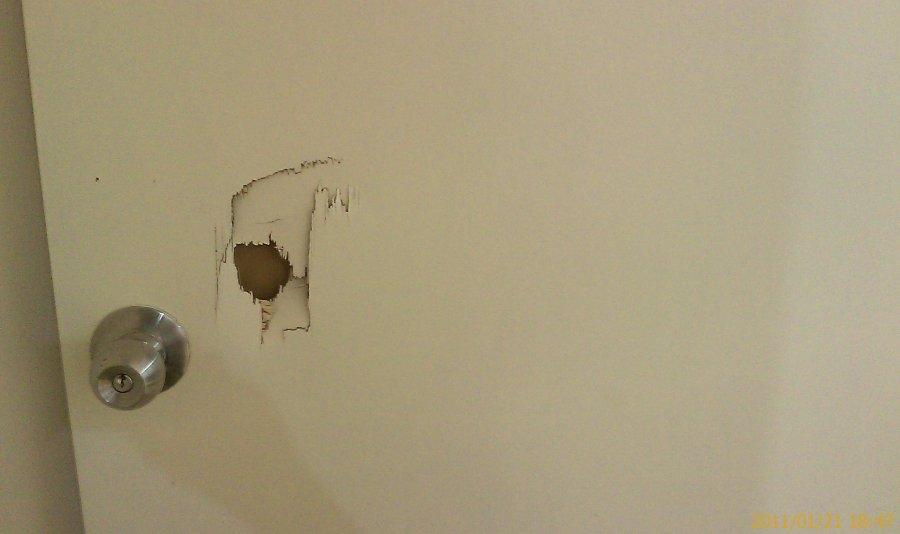 pintu master bedroom telah ditumbuk oleh seorang pengunjung